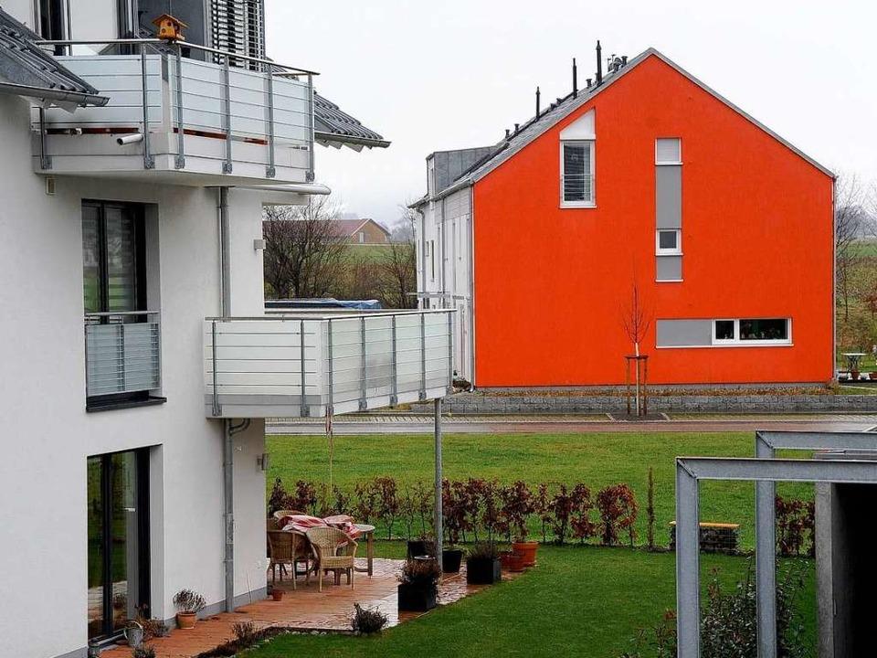 Peppige Farbe oder Feuerwehrrot? Auf jeden Fall ein Blickfang im Neubaugebiet.     Foto: Ingo Schneider