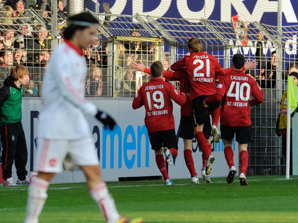 Jubeln die Spieler des SC Freiburg in ...Stadion im Umland über Tore und Siege?  | Foto: dpa