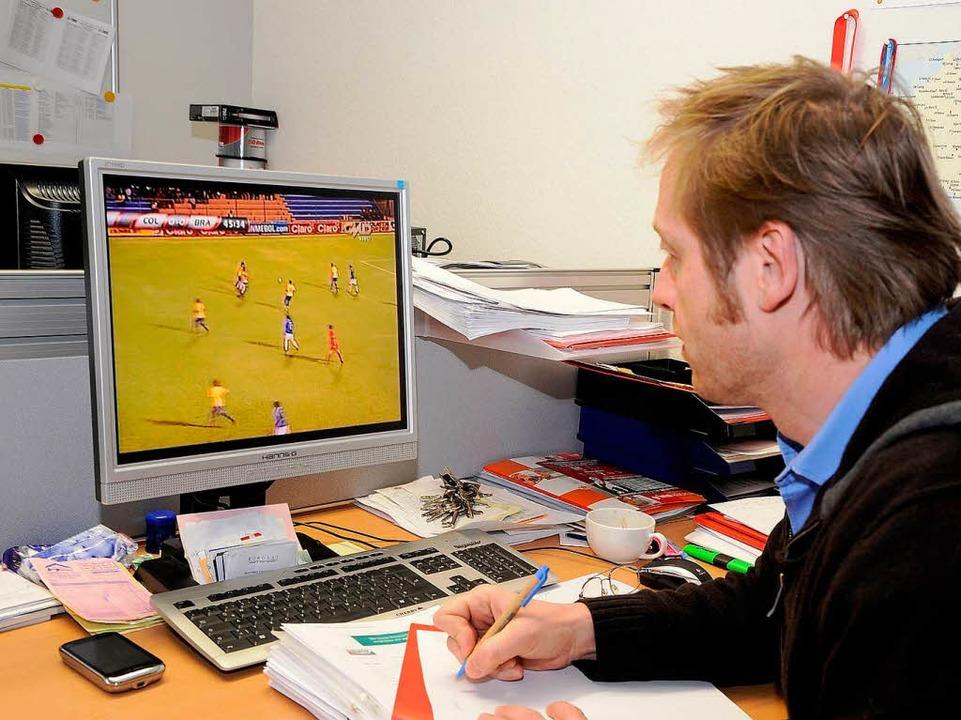 Klemens Hartenbach beim DVD-Studium  | Foto: Achim Keller
