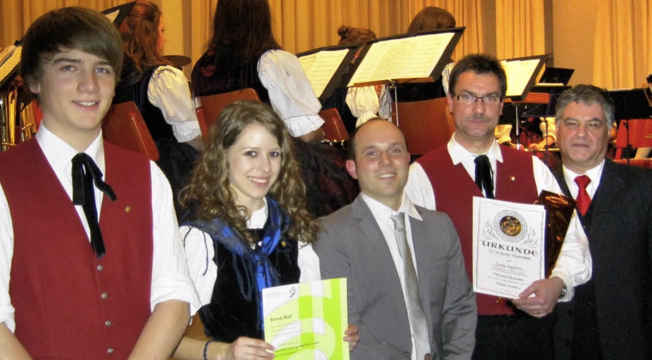 Die mit dem Leistungsabzeichen in Gold...mgraben und Bernhard Metzger (rechts)   | Foto: Anne Freyer