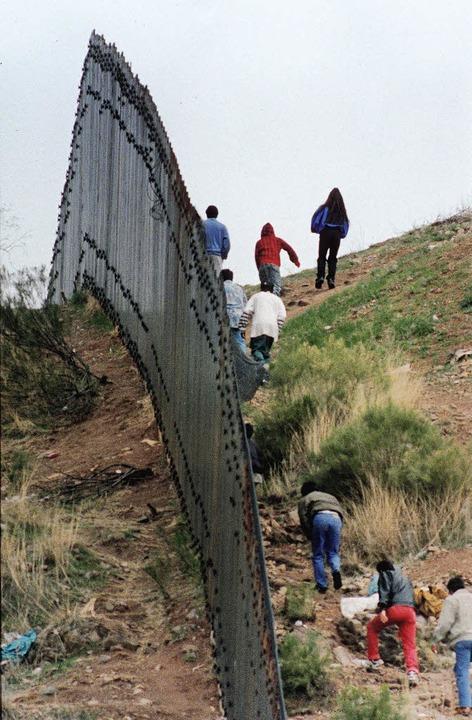 Stahlplatten gegen Armutsflüchtlinge: Grenze bei San Diego  | Foto: DPA