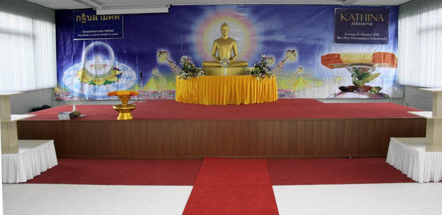 Die Buddha-Figur dominiert den Raum, i...an buddhistischen Festen stattfinden.     Foto: fotos: theo weber