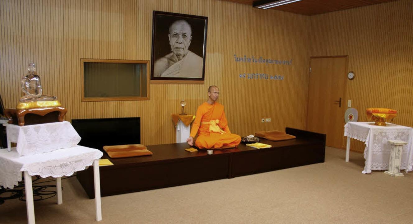 In einem eigenen raum führt Phra Vichai Punnadhammo in die Meditationslehre ein.    Foto: Theo Weber
