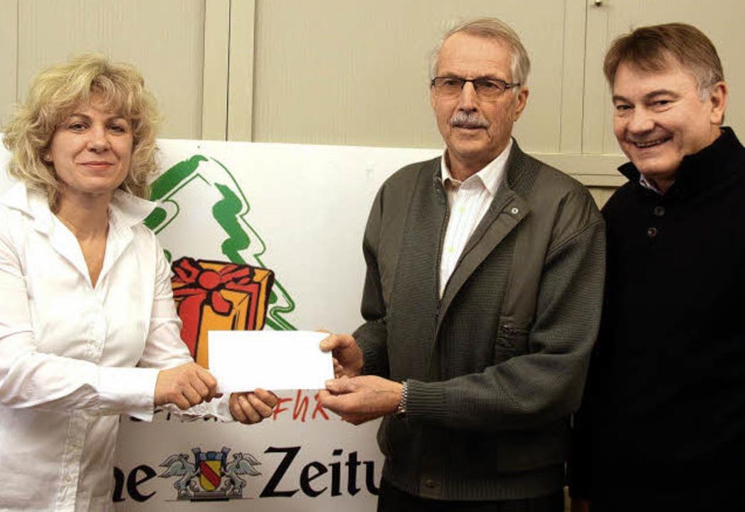 Einen Spendenscheck in Höhe von 250 Eu...von der Kolpingsfamilie Bad Krozingen.  | Foto: Huber