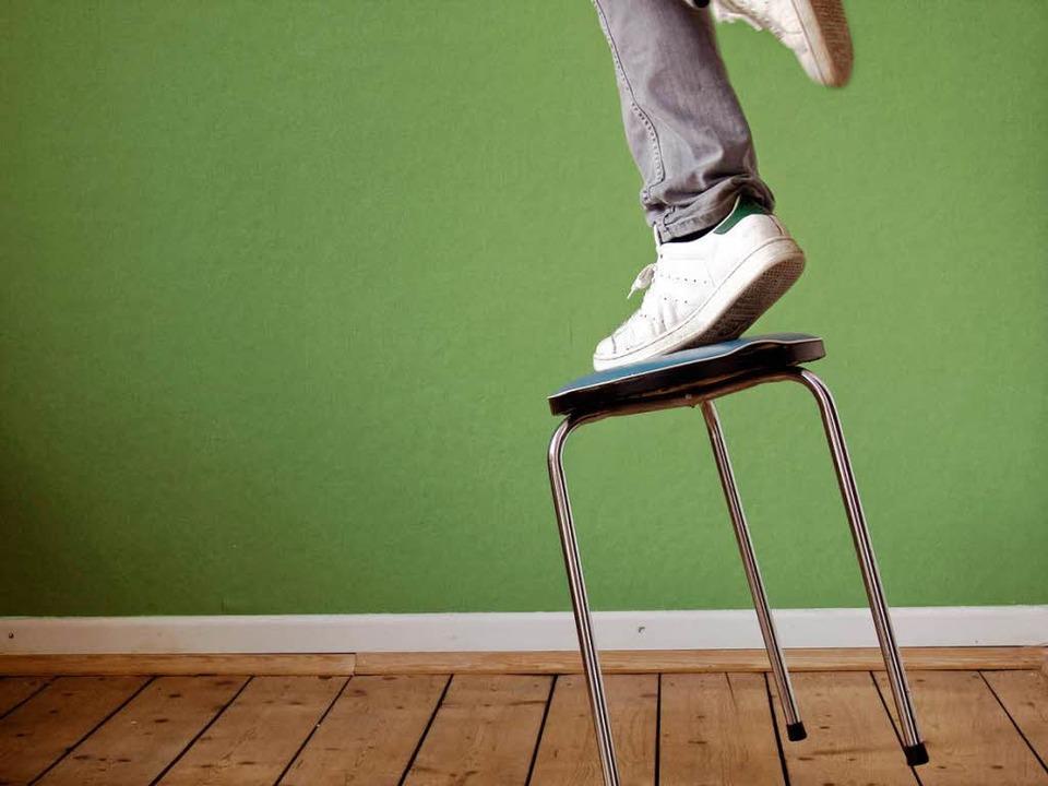 Der Hocker ist etwas für Artisten im Z... aber keine Steighilfe in der Wohnung.  | Foto:  Photocase.de/Complize