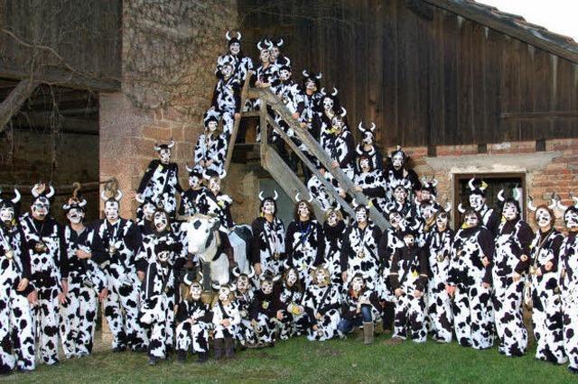 Mit kräftigem Kuhgeläut durchs Dorf