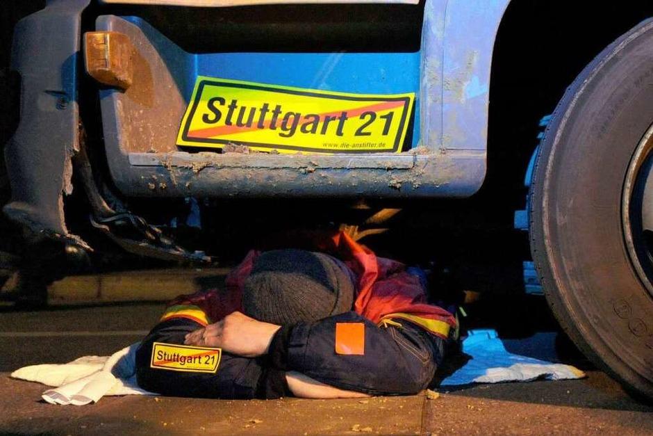 Ein Gegner des Bahnprojekts Stuttgart 21 blockiert  in Stuttgart am Nordflügel des Hauptbahnhofs ein Baufahrzeug. (Foto: dpa)