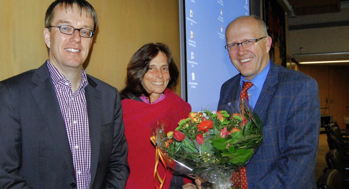 Der Geschäftsführer der Kreiskliniken,...Karrer als Kassiererin verabschiedet.   | Foto: Hirschberger