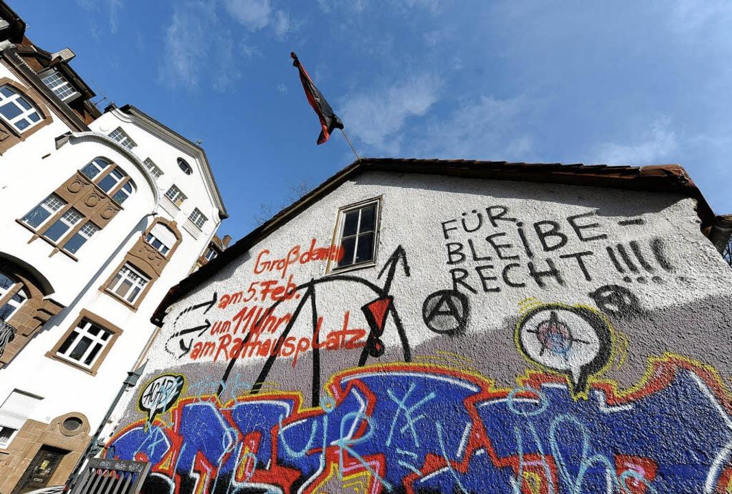 Eine Straße, zwei Welten: Aufruf zur P...ung am Giebel des besetzten Häuschens   | Foto: Ingo Schneider
