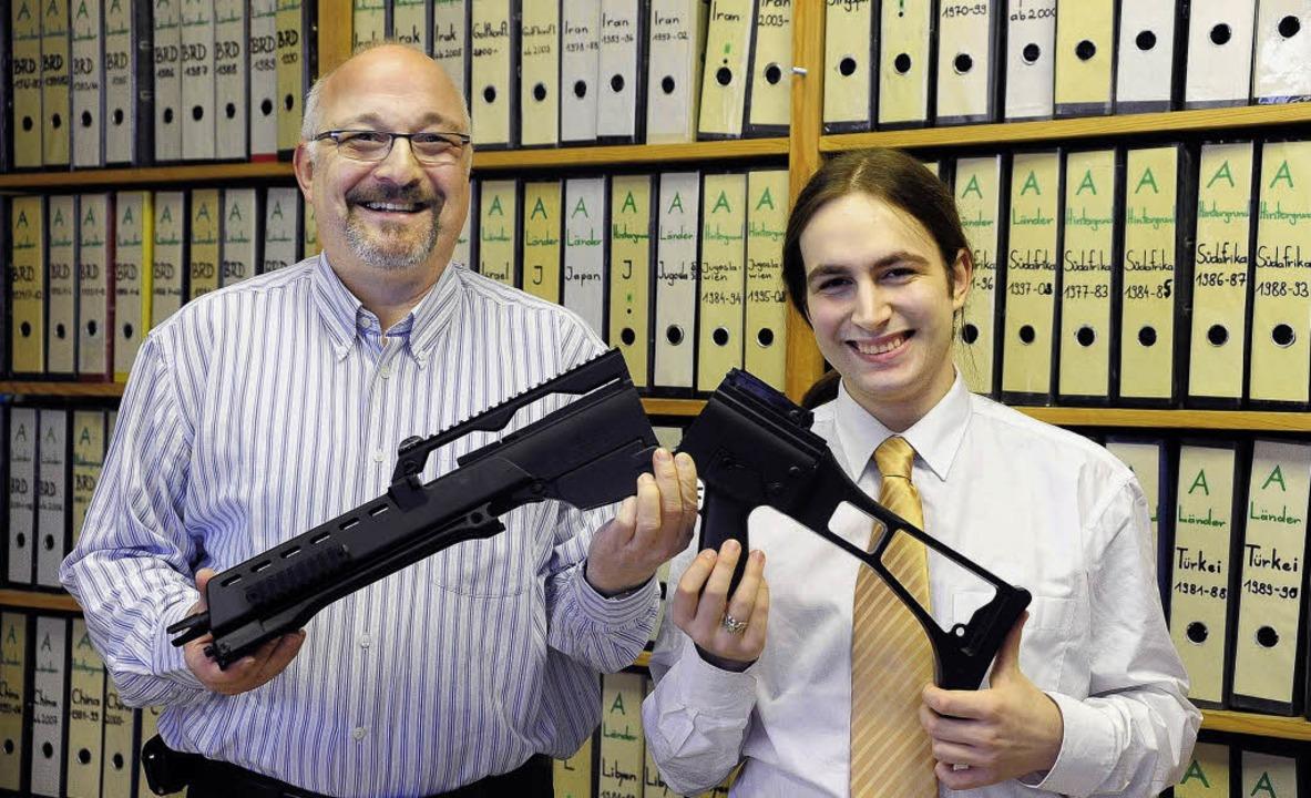 Jürgen Grässlin (links) und Stephan Mö...ener Waffe – vor Archivregalen.   | Foto: Kunz