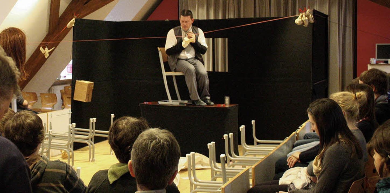 Der Schauspieler Markus Gehrlein als F...ern im Kolleg St. Sebastian in Stegen.  | Foto: Hans Jürgen Kugler