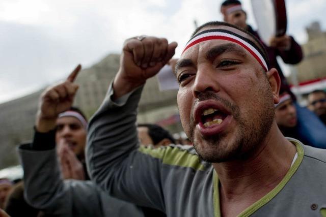 Mubarak verlässt Kairo – Militär kündigt Reformen an