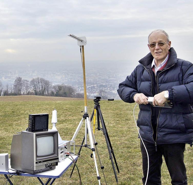 Otto Hugenschmidt beim Aufbau der Funkanlage   | Foto: Sebastian Wolfrum