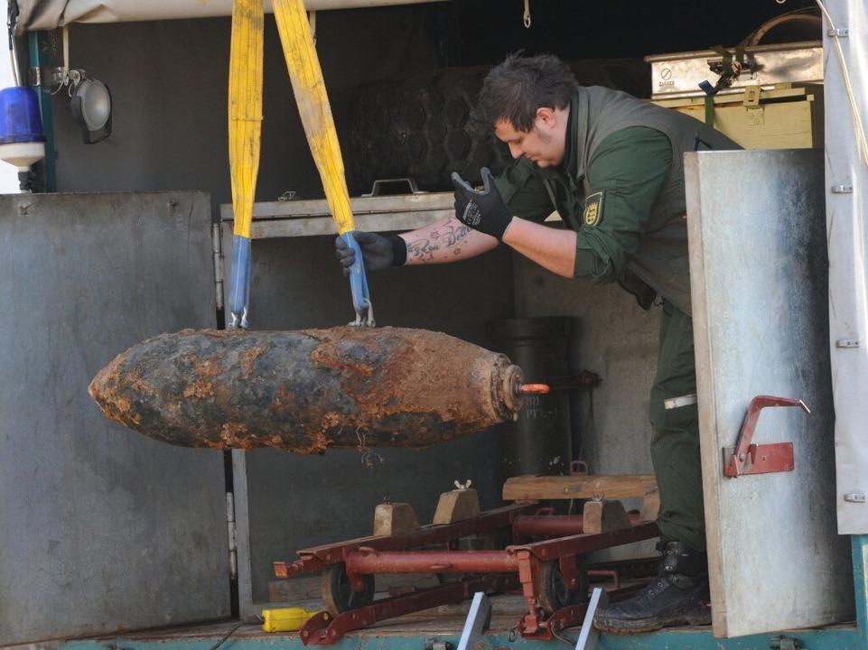 Nach der Entschärfung wurde die Fliegerbombe abtransportiert.    Foto: dpa