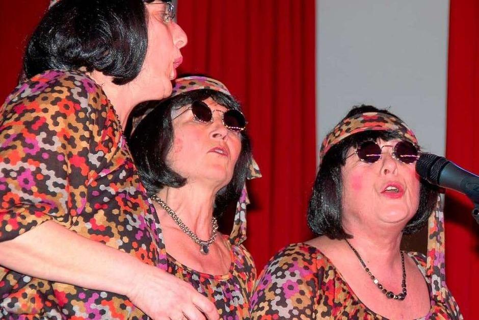 """Die """"Freixenets"""" als professionelle Background-Group schmetterte """"Anneliese Braun"""" - von links Renate Kern, Buggi Harder und Bernadette Nußberger. Nicht im Bild ist Leadsängerin Gudrun Schirmer. (Foto: Binner-Schwarz)"""
