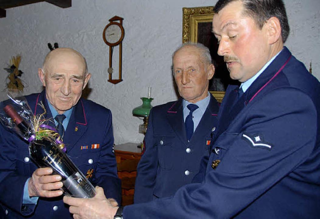 Abteilungskommandant Manfred Meier (re... für 65 Jahre Feuerwehrzugehörigkeit.     Foto: Vitt