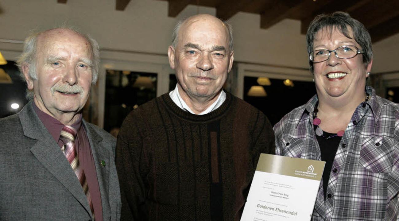 Erwin Bing (Mitte) wurde vom Kreisvors...chaftsleiterin Maria Wiedemer geehrt.   | Foto: Sandra Decoux-Kone