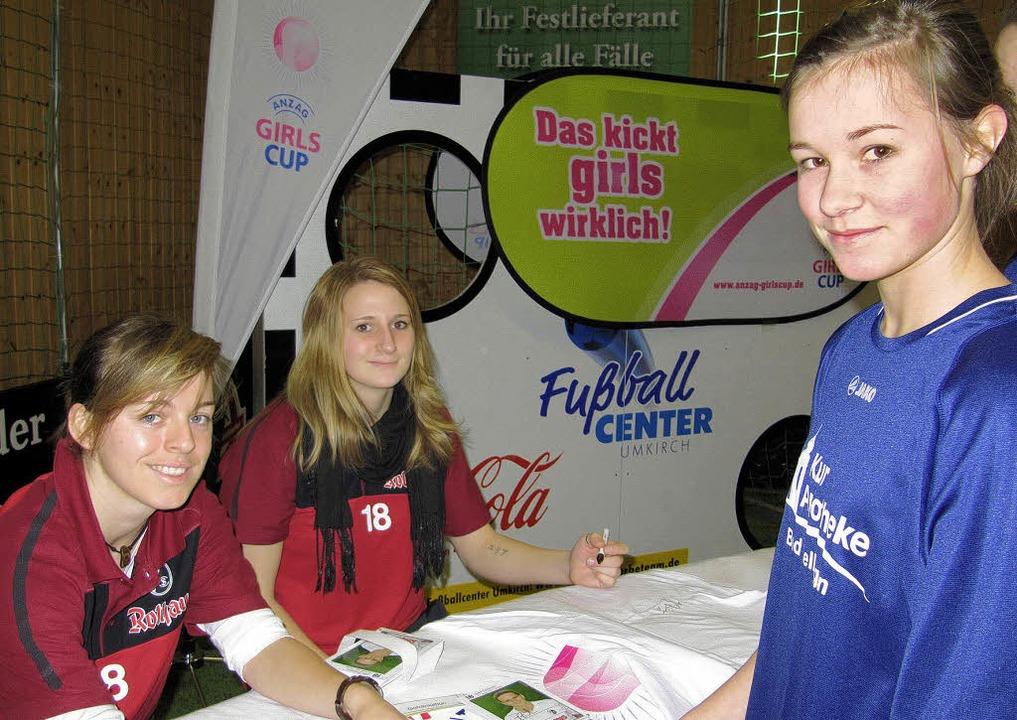 Die beim Anzag-Girls-Cup im Fußballcen...nks) und Julia Zirnstein zu bekommen.     Foto: wiebke müller