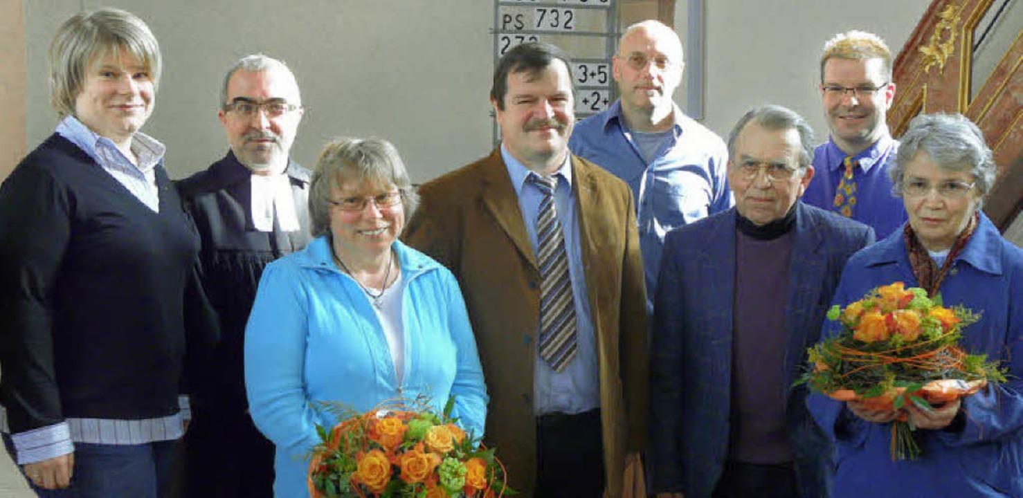 Günter Wäldin (Mitte)  und Georg Roth ... Adler und dem Posaunenchor entgegen.     Foto: Reiner Beschorner
