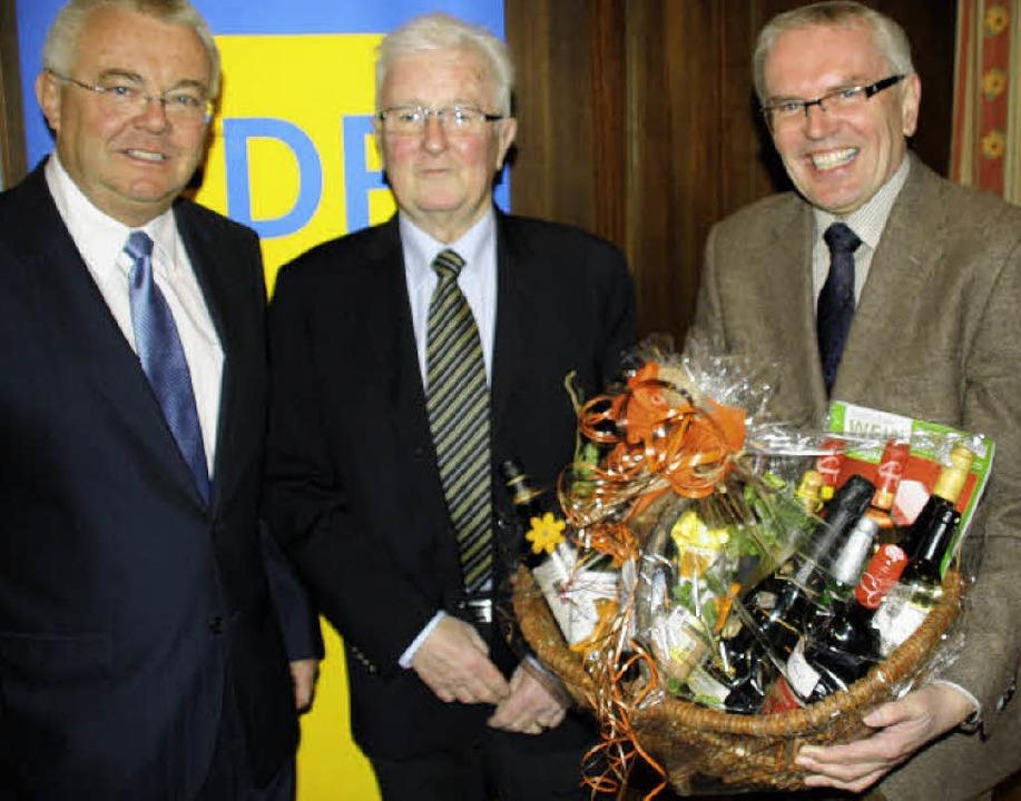 Beim FDP-Kreisparteitag in Kirchzarten...aldt überreichten einen Geschenkkorb.   | Foto: Peikert