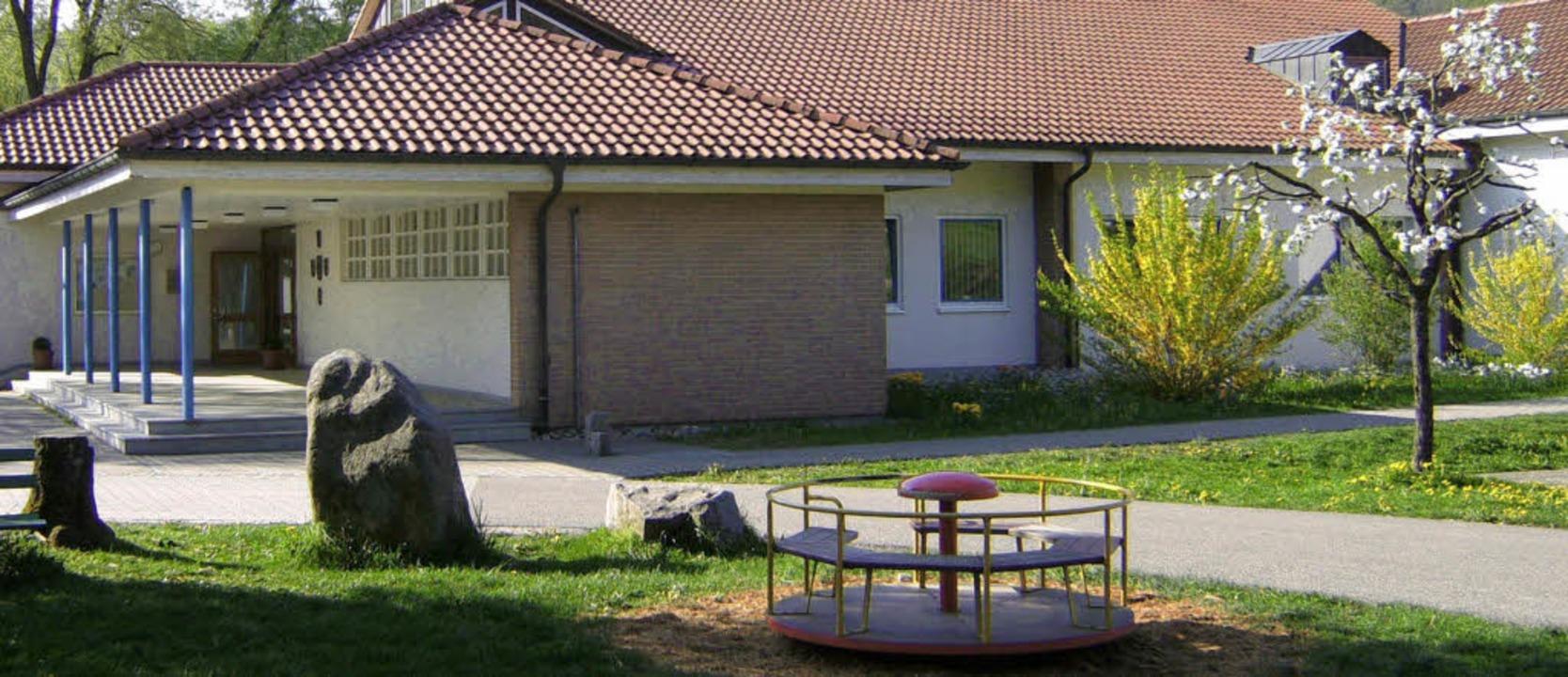 Der Spielplatz an der Schule im Weiher...e Fläche mit Klettergerüsten ergänzt.   | Foto: Privat