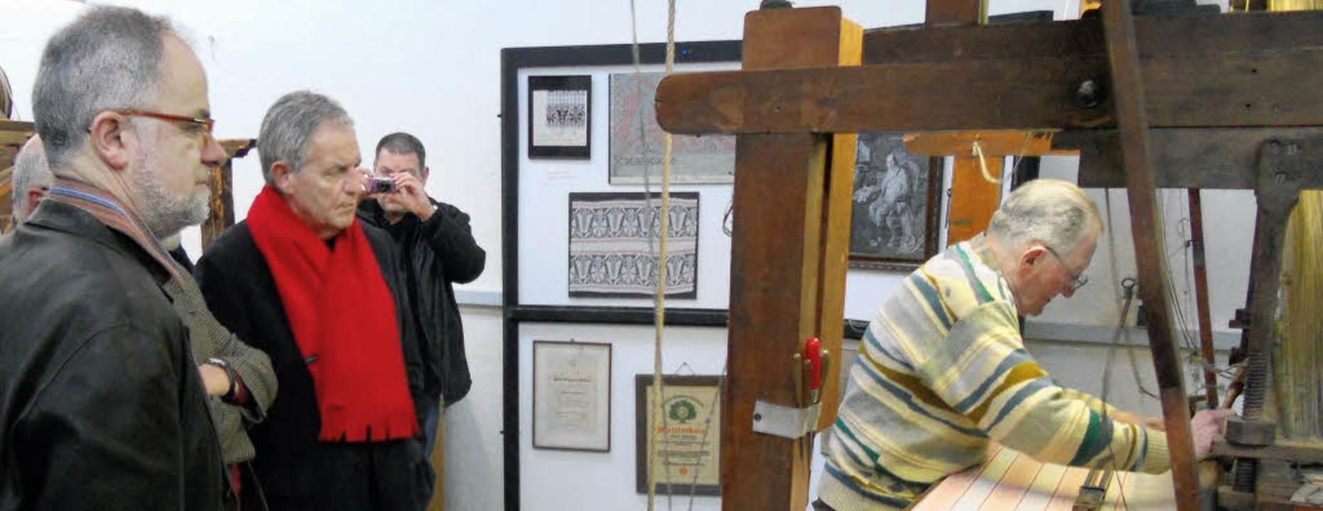 Bürgermeister Rümmele begleitete seine...ainer Stickelberger ins Textilmuseum.     Foto: berger