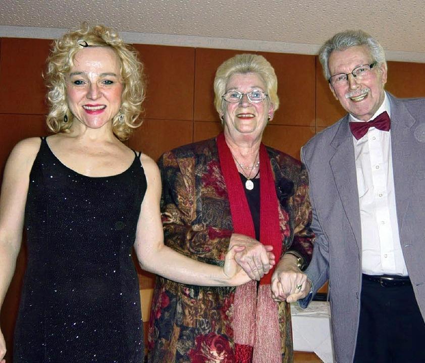 Lieder aus Opern und Operetten bieten ...in und Siegfried Bürgelin (von links).  | Foto: klaus brust