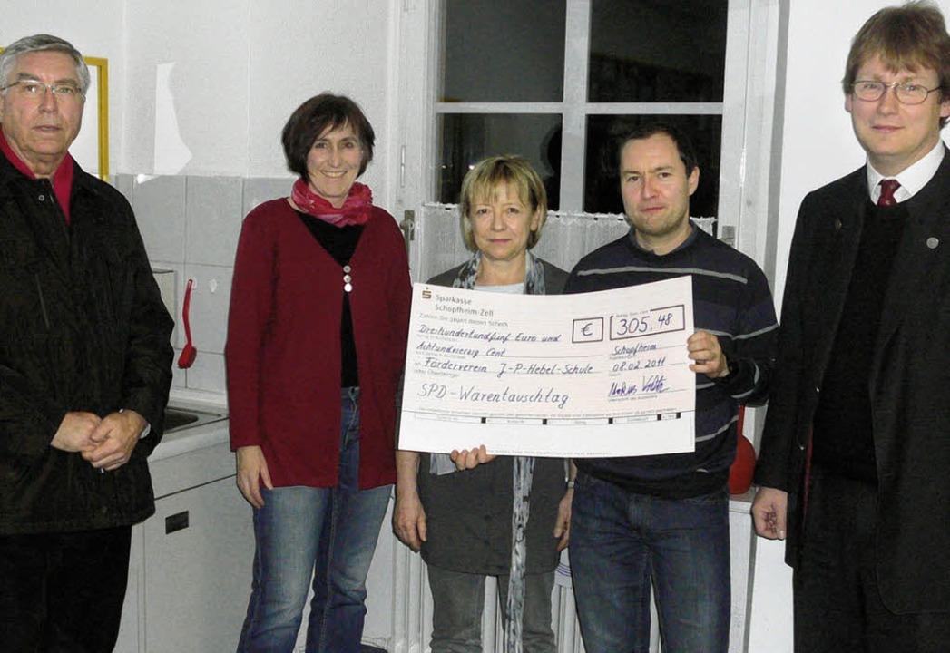 Über die Spende des SPD-Ortsvereins  S... Mathias Friedrich und Markus Voeltz.   | Foto: Schule