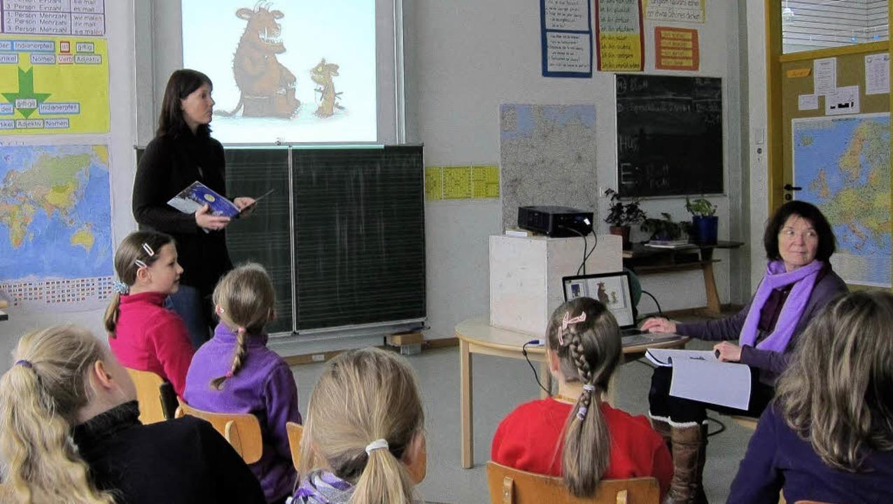 Sonja Ehrenfeuchter zeigte zum besseren Verständnis der Texte auch Bilder.     Foto: privat