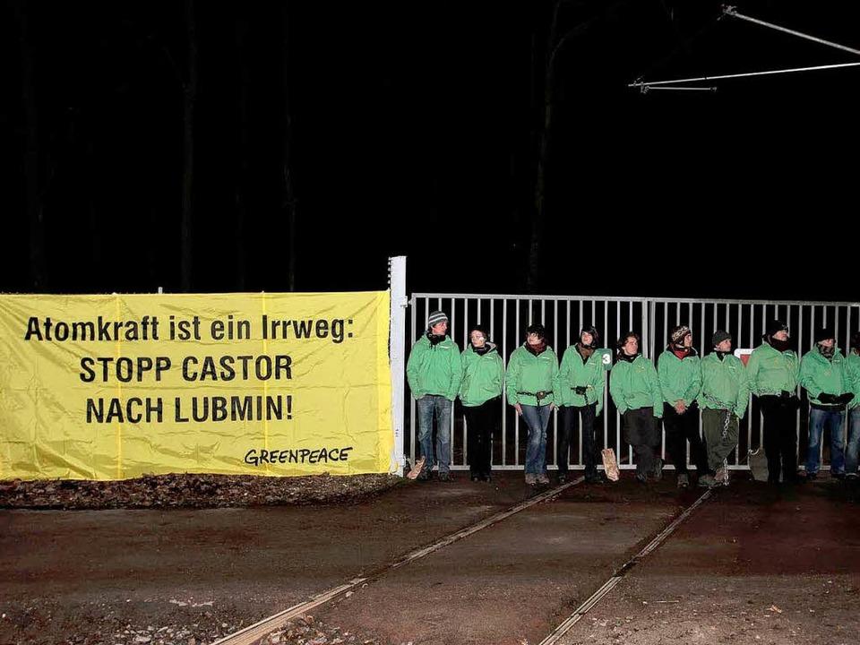 Greenpeace will den strahlenden Transport verhindern.    Foto: dapd