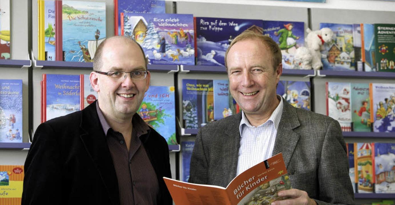 Mit eigenen und fremden Kinderbüchern ...links) und Klaus-Christoph Scheffels.   | Foto: chr. breithaupt