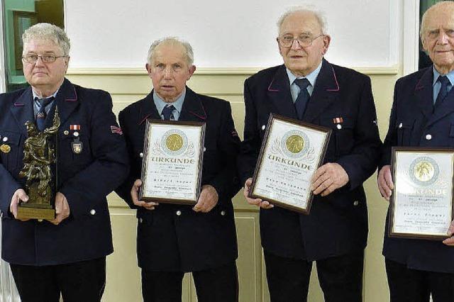 Stehender Applaus für den Siensbacher Kommandanten Dorner