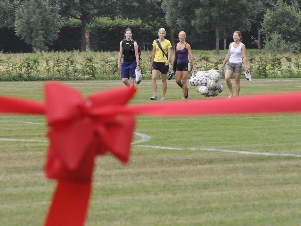 Da war er noch grün: Im Juli 2008 wurde der Ökosportplatz in Betrieb genommen.  | Foto: Ingo Schneider