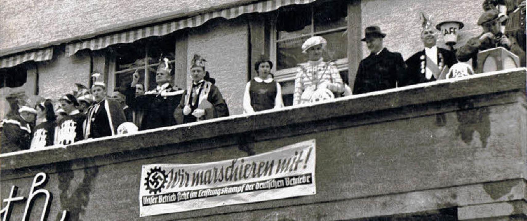 Ehrentribüne auf dem Balkon des Hotels...Obergildenmeister Johann Maier-Muser    | Foto:  Archiv Narrengilde Lörrach