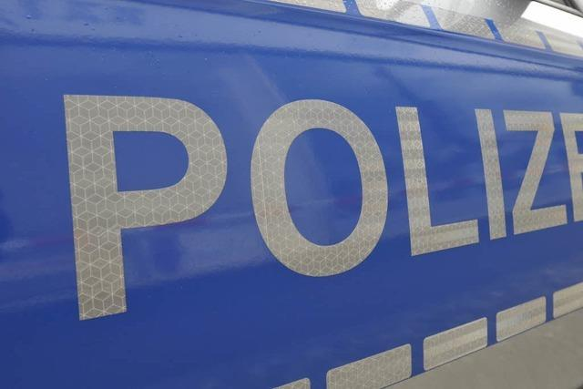 Brandanschlag auf Polizeiauto – Kleinbus in Flammen