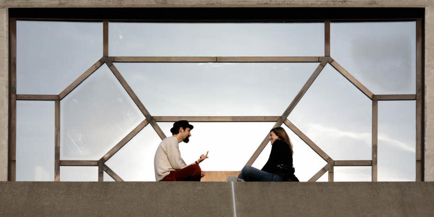 Viel Licht: Die großen Fenster des Goetheanums Dornach laden zum Verweilen ein.   | Foto: stefan pangritz
