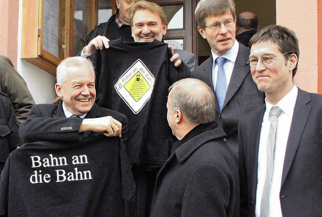 T-Shirts der BI Bahn an die Bahn gab e...nd Bahn-Technik-Vorstand Volker Kefer.  | Foto: HILLER