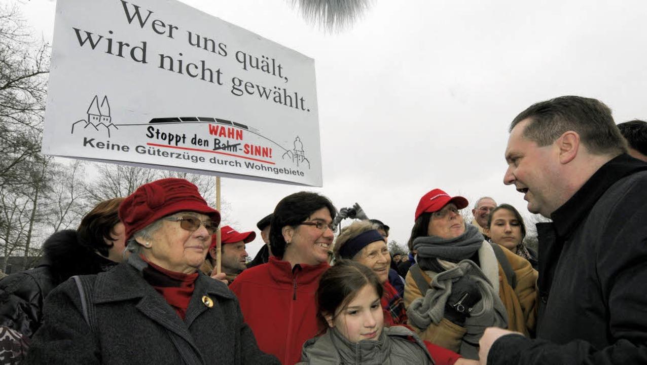 Protest in Herbolzheim – Ministe... Mappus im Gespräch mit Demonstranten   | Foto: DPA