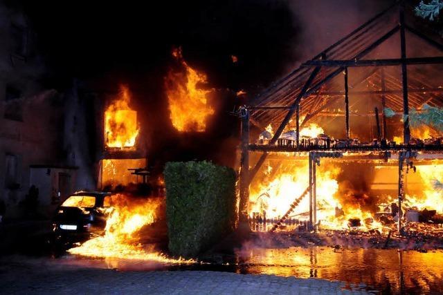 Feuer zerstört zwei Häuser und eine Halle in der Schützenstraße