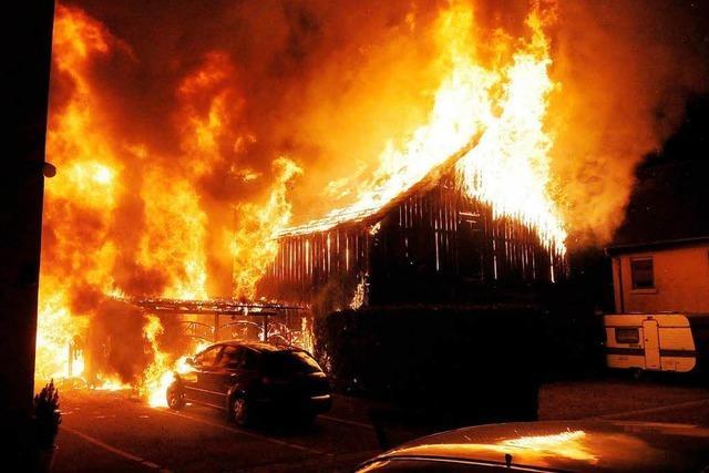 Feuer zerstört drei Gebäude in der Schützenstraße
