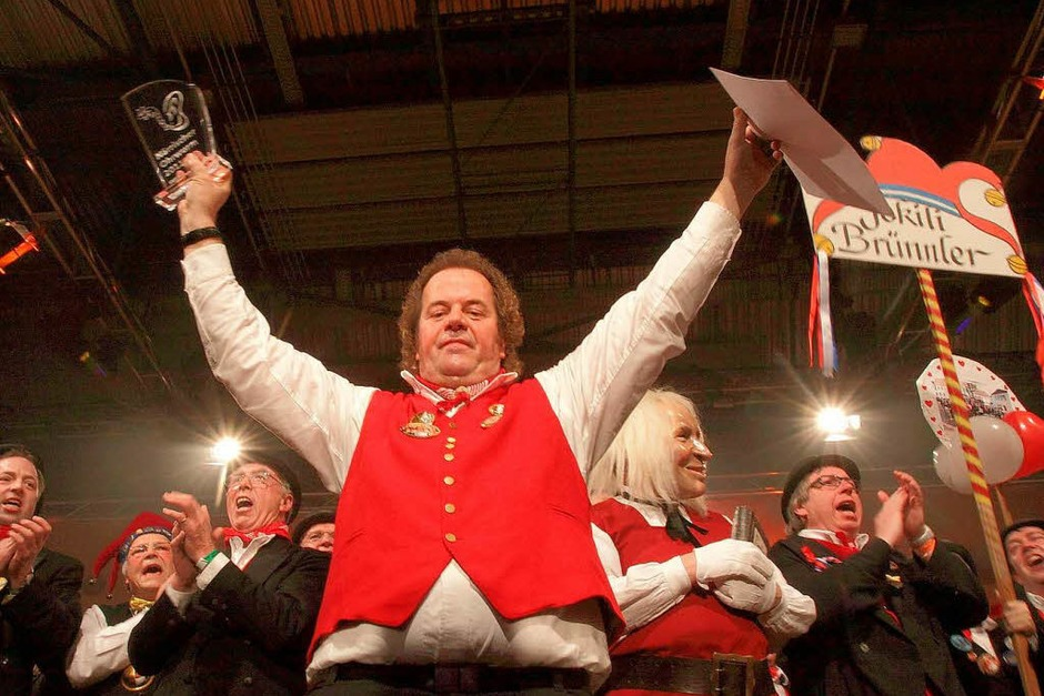 """Klaus Burger und """"der Galli"""" (zweiter von rechts) feiern. (Foto: Patrik Müller)"""
