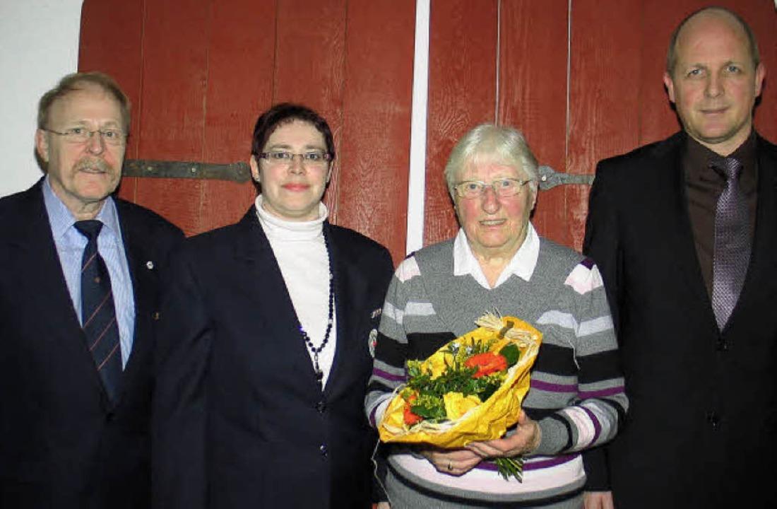 Horst Adami (links) und Lotte Vogele (...sitzende des DRK Riegel, Sabine Epple   | Foto: Hassler