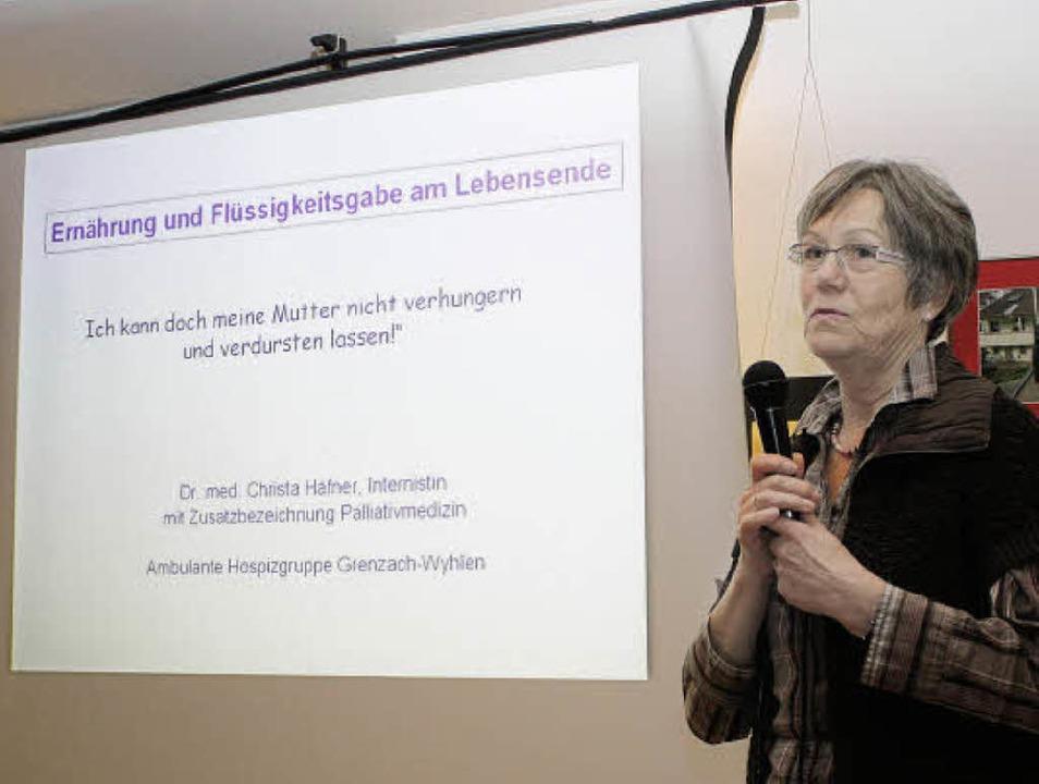 """Christa Häfner sprach im """"Schwan... Ernährungsversorgung von Sterbenden.     Foto: christa rinklin"""