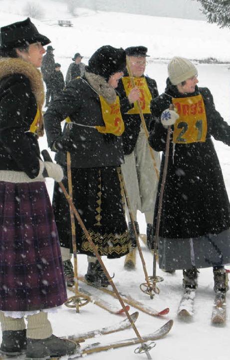 Die Damen kamen mit wehenden Röcken zum historischen Skifest.     Foto: Ute Maier (2)/Ulrike Spiegelhalter