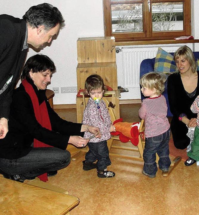 Josha Frey und Brigitte Lösch (v.l.) s...dem Minikindergarten einen Besuch ab.     Foto: Monika Weber