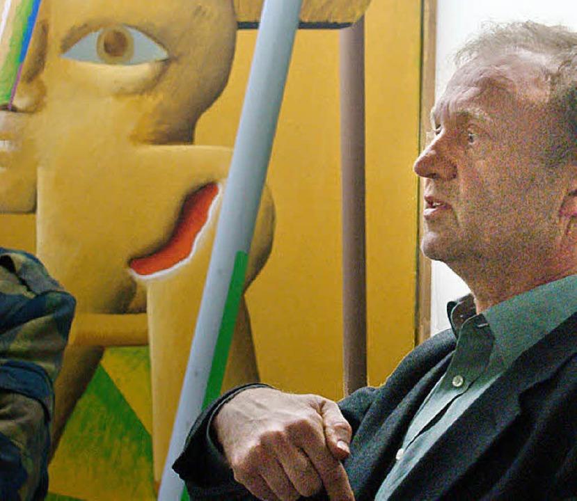 Ich und Antes: Werner Schmidt vor einem Kopffüßler von Horst Antes.    Foto: Susanne Ramm-Weber
