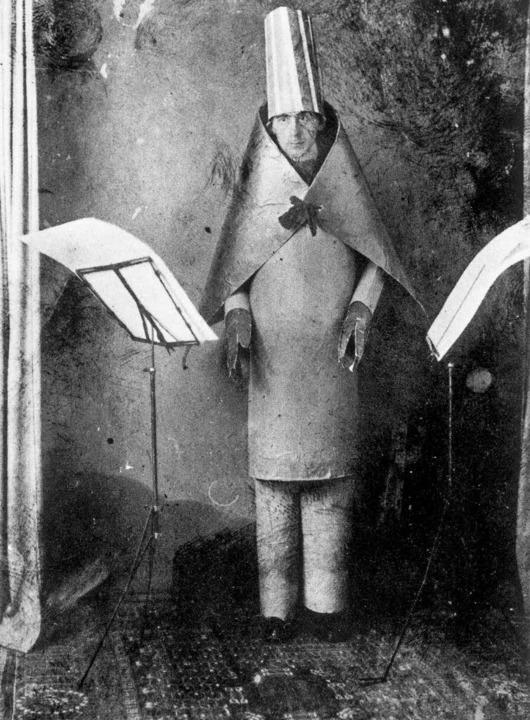 Hugo Ball bei seinem  legendären Auftritt im Cabaret Voltaire      Foto: akg