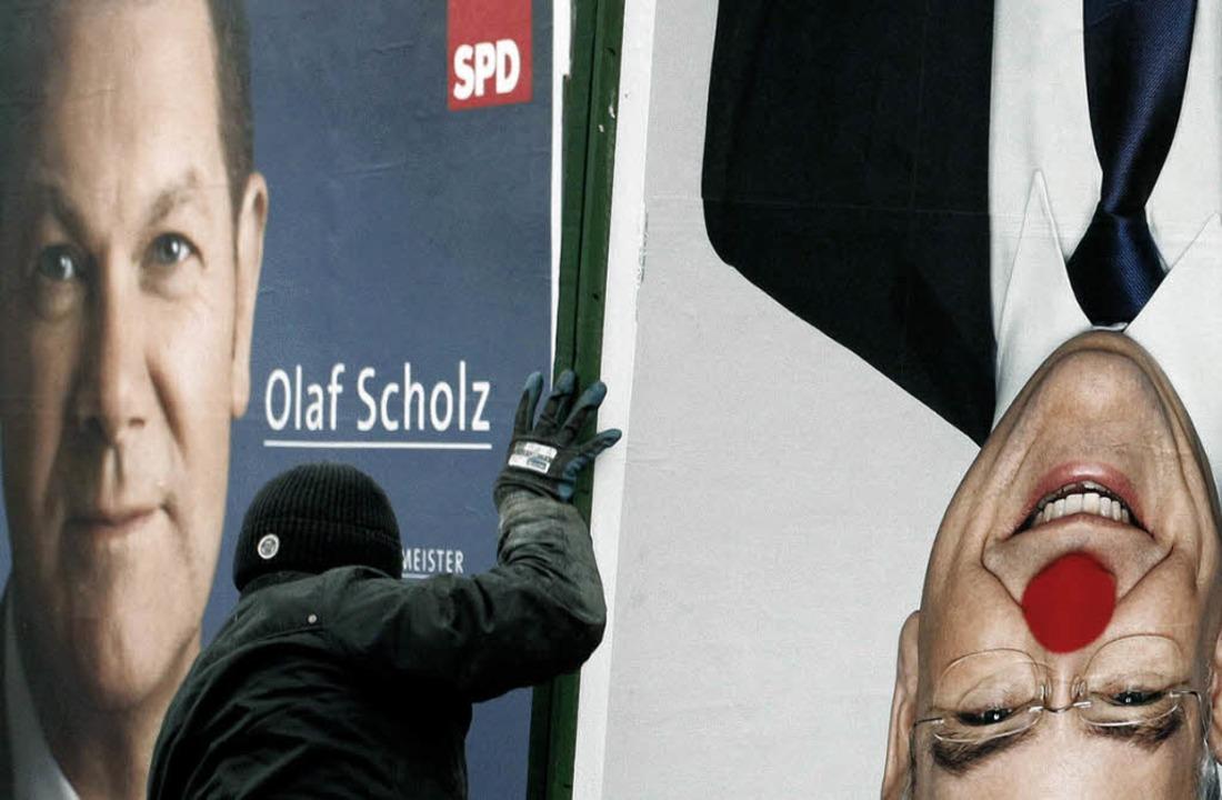Ein Plakatierer verlädt in Hamburg ein...ch das Plakat von Olaf Scholz (SPD).      Foto: dapd