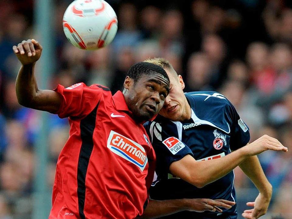 Cedrik Makiadi vom SC Freiburg im Duel...rer fällt am Samstag im Rückspiel aus.  | Foto: dpa