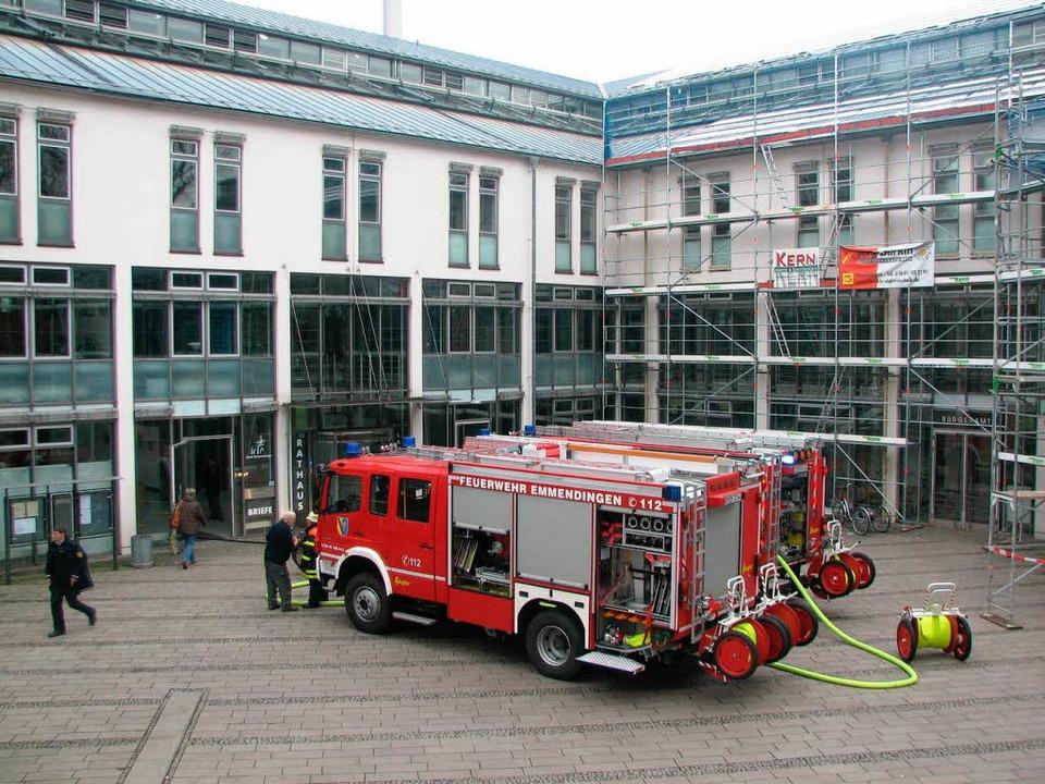 Im Keller des Rathauses brannte ein Aktenvernichter.   | Foto: Weiher